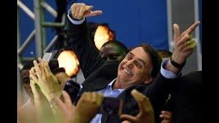 Após entrevista no Roda Viva, Bolsonaro é recebido com fogos de artifício em Vitória/ES