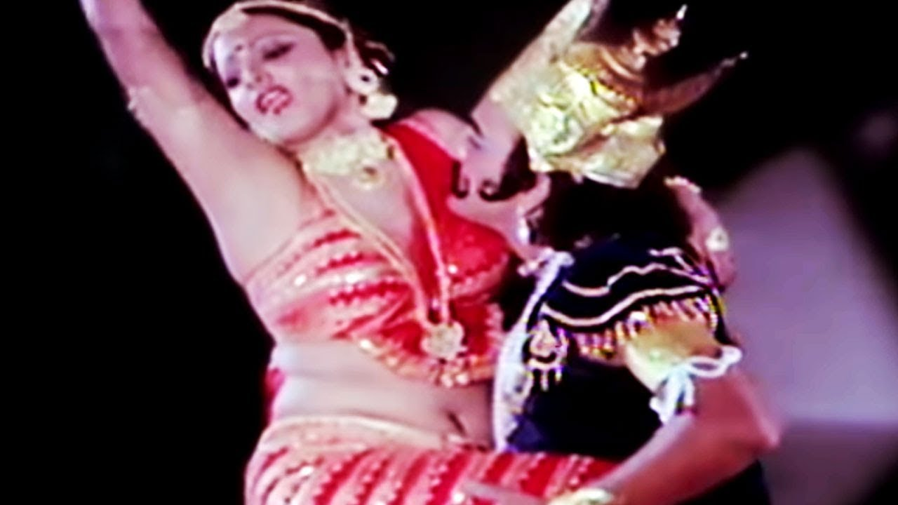 Download Rekha's dance performance on stage   Do Anjaane   Bollywood Scene 15/31