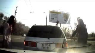 Девушка за рулем :D Парень упал с рекламного баннера :DD