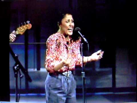 Darlene Love sings