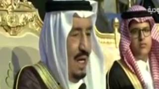 الملك سلمان تغلبه العبرات في حفل تخرج نجله