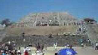 春分の日に、ピラミッドから エネルギ-を受けるべく、 多くの人が集まる。