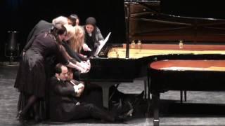 【人多すぎ】12人が同時に1台のピアノを弾いた結果、こうなった!