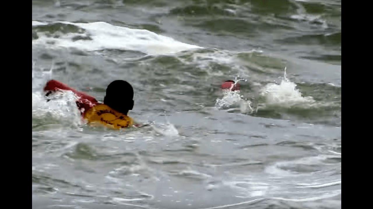 Resultado de imagem para salva vidas praia afogamento