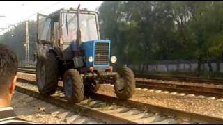 Трактор по рельсам(Трактор едет по ж/д рельсам. Москва, около платформы Гражданская., 2010-07-27T07:14:07.000Z)
