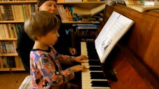 Лемешкина Марианна. 3 года 6 месяцев. Игра с аккомпанементом. Квинты и сексты. (фрагмент урока)