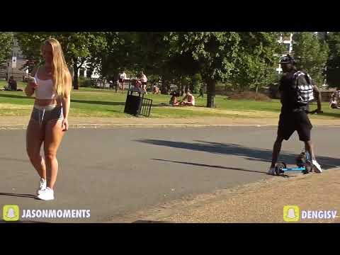 Девушка с большой попой гуляет по парку...