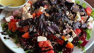 Салат с рукколой, свеклой, сыром и помидорами в кисло- сладком соусе