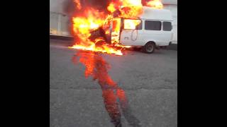 горит маршрутка в Рязани у автосалона Ленд-Ровер 18.07.14