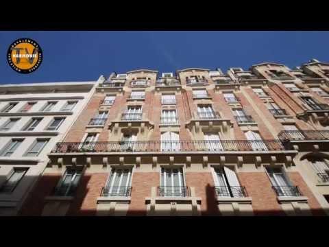 Le déroulement d'un ravalement de façade sur un immeuble en brique.