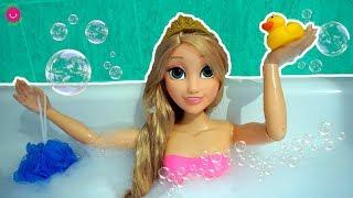Muñeca Rapunzel Grande en su Rutina de Mañana