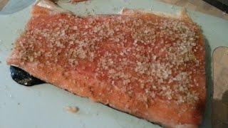 Запекаем филе лосося на углях
