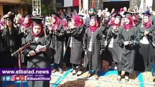 طلاب جامعة بنها يلتقطون صورا تذكارية مع وزير التعليم العالى.. فيديو وصور