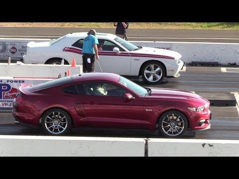 Challenger R/T vs Mustang GT - drag race