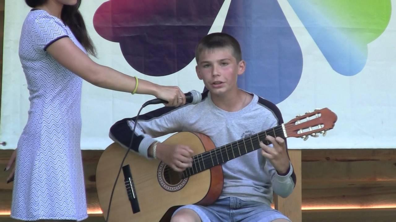 Жил мальчишка на краю москвы скачать песню.