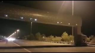 """""""فيديو"""" شاهد رصد العديد من كاميرات ساهر الموجودة فوق أحد الطرق السريعة"""