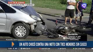 Moto con tres ocupantes embistió a un auto