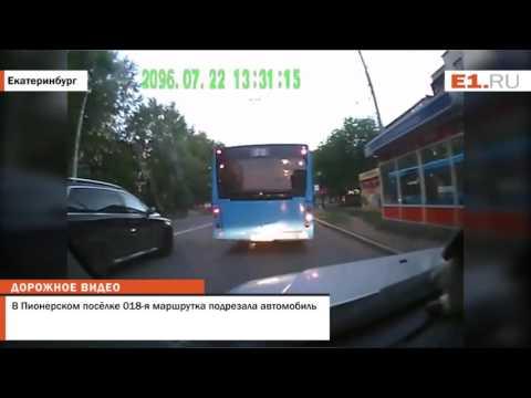 В Пионерском посёлке 018-я маршрутка подрезала автомобиль