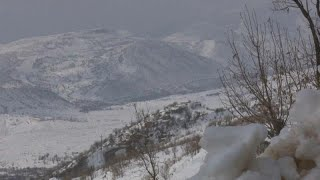 شاهد: الثلوج الكثيفة تغطي قرى بكاملها في كردستان بشمال العراق…