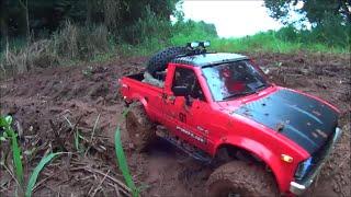 RC Aventura - RC4WD Toyota Hilux atolada na lama