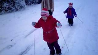 Учим детей кататься на лыжах