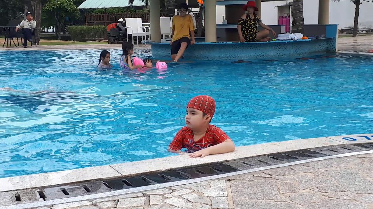 Coca bơi ở khách sạn Paradise Vũng Tàu