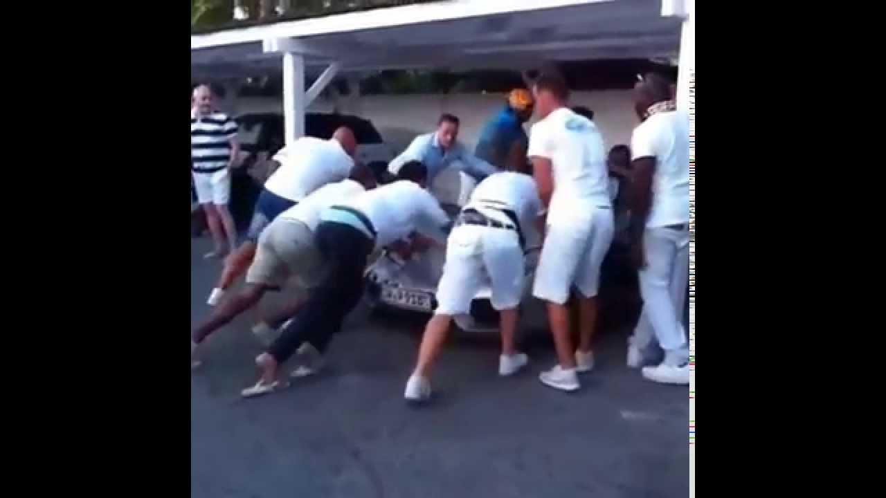 St Tropez, Vuole fare colpo ma distrugge la Porsche 918 Spyder nel parcheggio