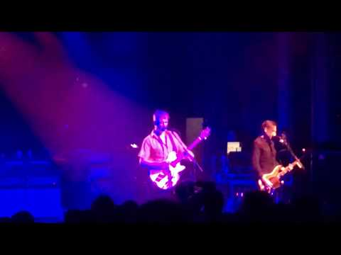 Queens of the Stone Age - The Evil Has Landed (Live)