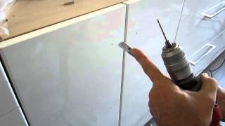 Colocación de tiradores en puertas de armarios cocina
