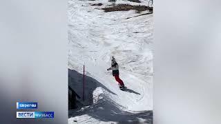 Любители горных лыж и сноуборда не спешат закрывать сезон в Шерегеше