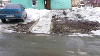 Погрузка мертвой собаки во дворе дома Луначарского 58/ www.vkarpinsk.info
