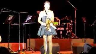 """Девушка играет на саксофоне """"Опавшие Листья"""""""