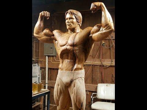 Натуралистичную статую Шварценеггера вырезали из дерева