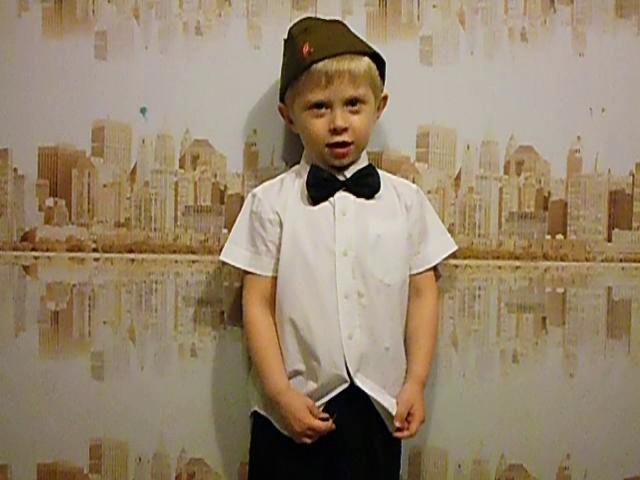 Изображение предпросмотра прочтения – РоманРоссик читает произведение «День Победы» Т.М.Белозёрова