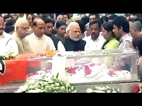 Narendra Modi pays tribute to Gopinath Munde at BJP headquarters