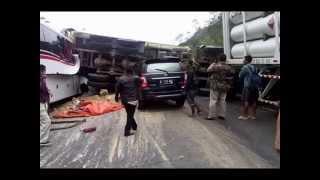 kecelakaan fatal bus vs dump truck, bus terbelah