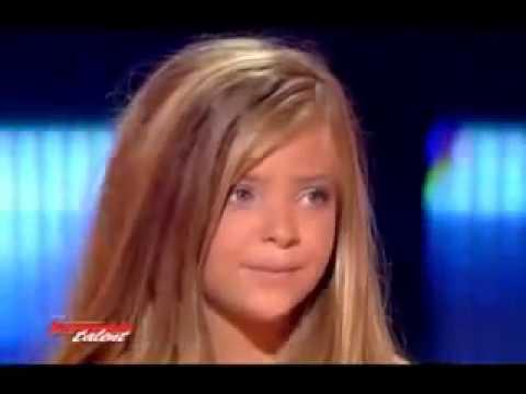 Маленькая девочка поет песню из титаника