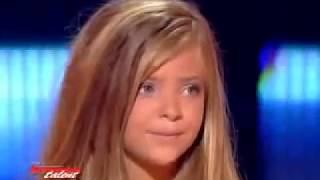 Прелестная девочка исполняет песню из к/ф