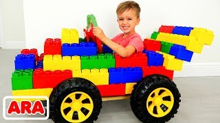 يتظاهر فلاد ونيكيتا بقيادة سيارة الألعاب الرياضية ويلعبان بكتل الألعاب الملونة