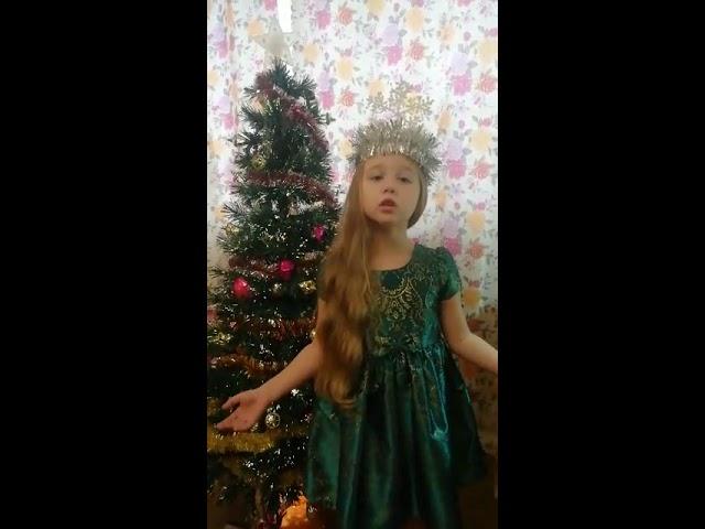 Изображение предпросмотра прочтения – ДарьяГерцен читает произведение «Снежинки кружат в хороводе» (Русский фольклор )