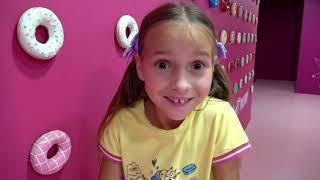 София превратилась в Принцессу Волшебная история в музее сладостей и конфет