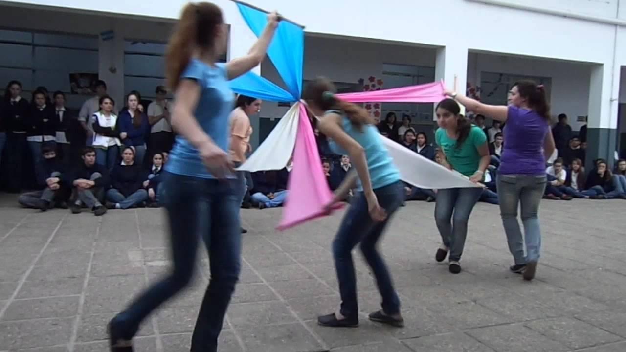 Baile con telas para el acto del d a del profesor youtube - Telas de tapicerias para sofas ...