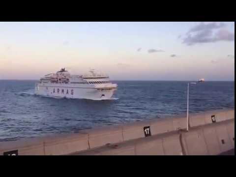 Un ferry de naviera armas colisiona contra el muelle en for Horario oficina naviera armas las palmas