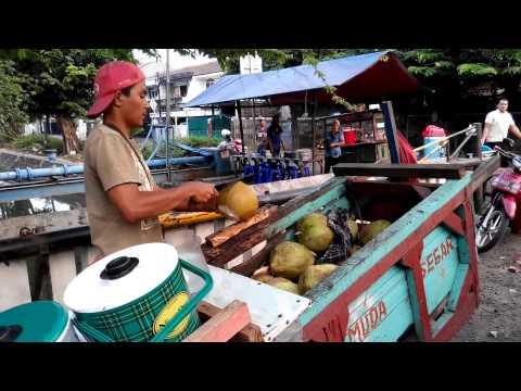 Cara mengupas kelapa muda di kelapa gading