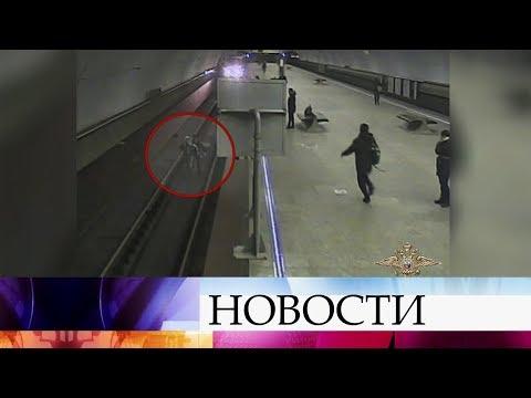 В Москве наградят полицейского, который спас человека, упавшего на рельсы в метро.