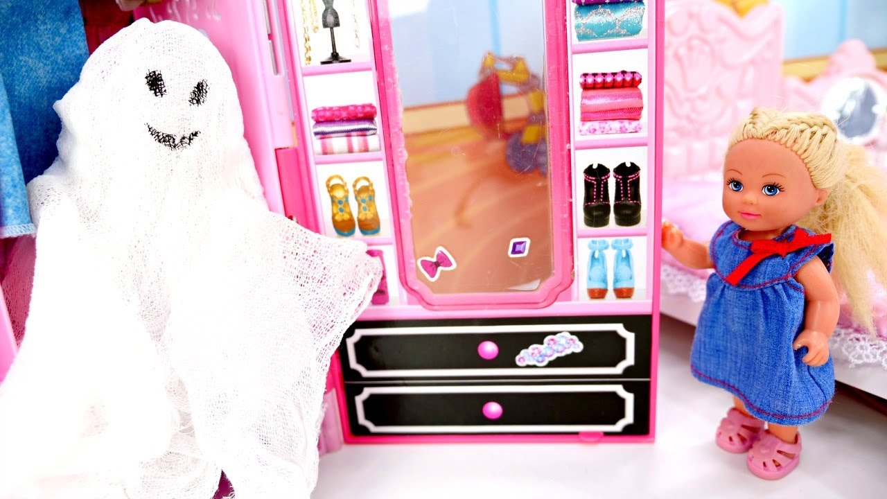 Evi se disfraza de fantasma. Las muñecas Barbie en español. Vídeos para niñas