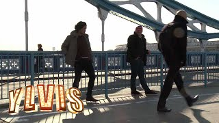 I kveld med Ylvis - Sparker folk i LONDON - Kicking random people