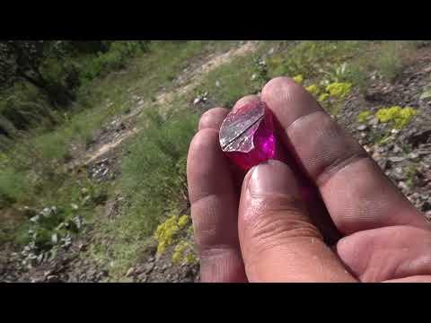 В горах нашел камень турмалин