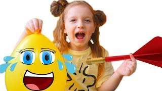 Sara sparge baloane cu surprize | Sara wants to play with balloons