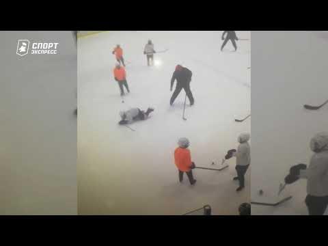 Тренер бьет ребенка клюшкой по голове! Кошмарное видео из Балашихи